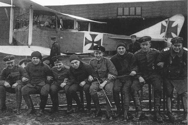 Josef Zimmermann (links) met collega's van de Fliegerabteilung 202 op een opleidingsvliegveld nabij Stuttgart © collectie Ute Armbruster-Mayer, Pyrbaum