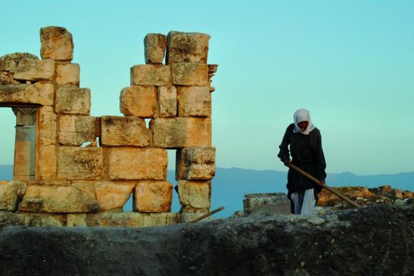 Lokale medewerker van de ULB op de site van Apamea, voor de regio oorlogsgebied werd © ULB, Centre belge de recherches archéologiques a Apamée