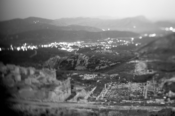 Nachtopname van de Benedenstad, met rechts de Onderste Agora en links de Romeinse Thermen. De diagonale focus in de foto verbindt de antieke agora met het huidige dorp Ağlasun in de vallei. De link tussen Sagalassos en Ağlasun is niet alleen ruimtelijk; DNA-onderzoek heeft uitgewezen dat diverse inwoners van het dorp nazaten zijn van de oude Sagalassiërs © Bruno Vandermeulen, Danny Veys & Sagalassos Project