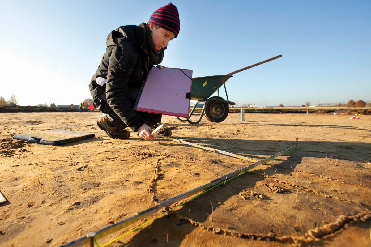 Archeologie is registreren. Een spoor wordt zorgvuldig ingemeten en opgetekend.