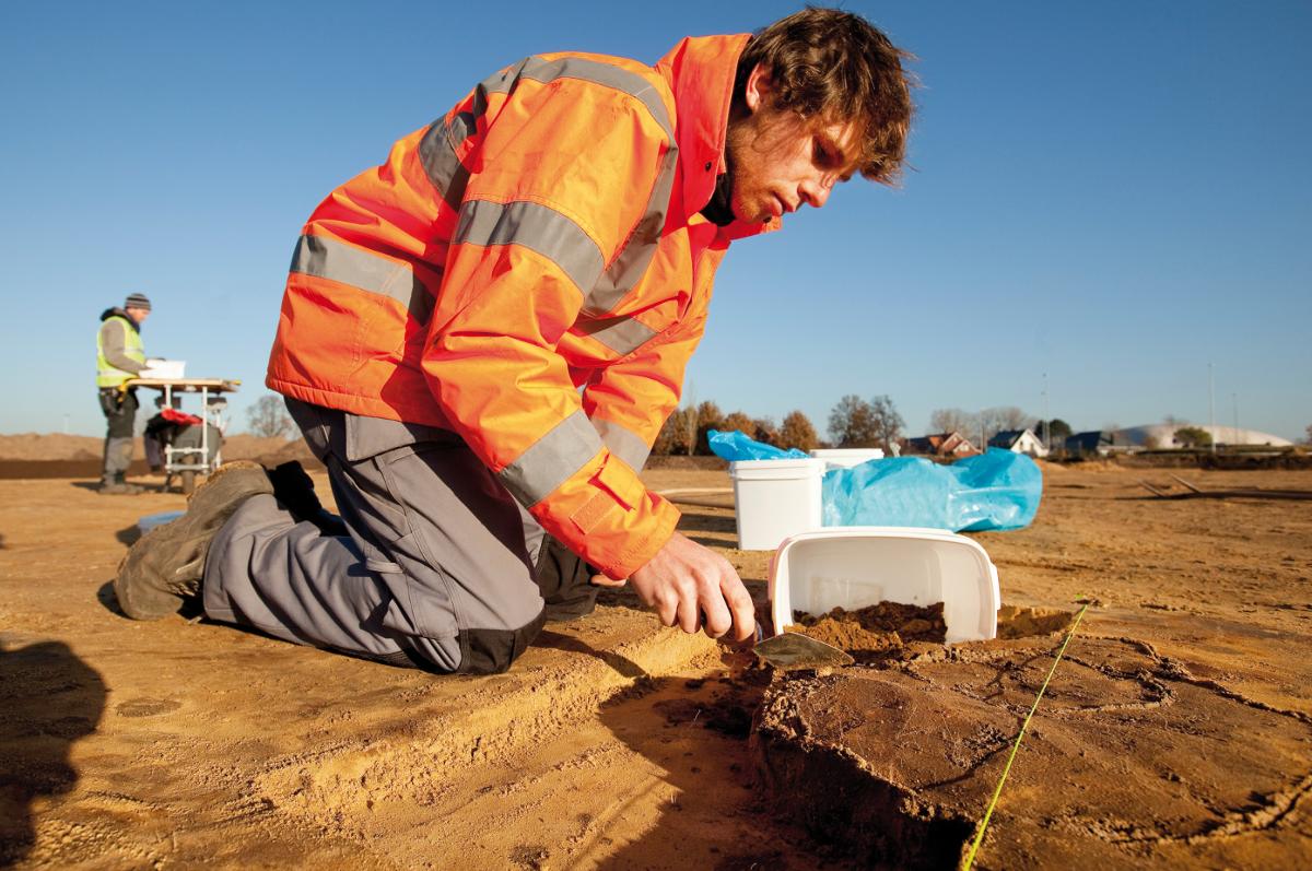 De graven worden allemaal nauwkeurig onderzocht en nadien integraal gezeefd om geen enkel stukje informatie te verliezen.