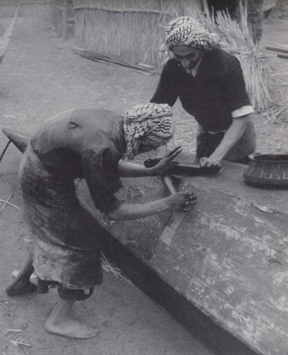 Een traditionele boot met planken uit de moeraslanden van Irak krijgt een nieuwe coating (Thesiger, 1964: figuur 74)