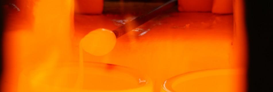 Het is rond de 1050°C in de glasoven van Velzeke. De temperatuur noodzakelijk om glas te smelten.