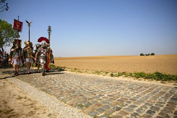 Romeinse soldaten op tocht doorheen een geheel ontbost landschap (foto Kris Vandevorst, Agentschap Onroerend Erfgoed).