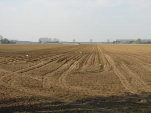 De uitgestrekte polders waaronder Aendijcke begraven light tonen een lichte verhoging in het reliëf waar we de kerk van Aendijcke vermoeden.