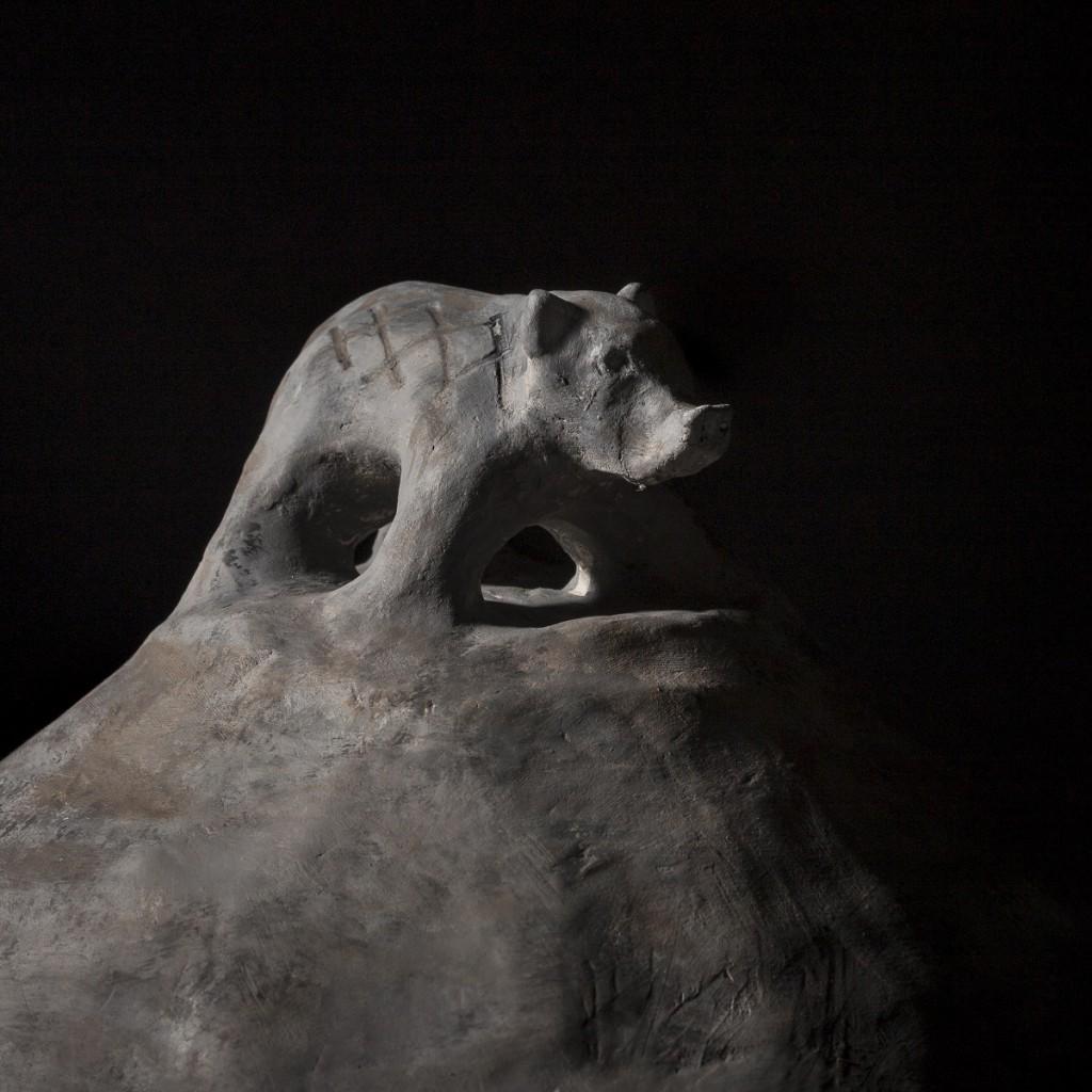 Detail van de vuurstolp met everzwijn afkomstig van Loveld in Aalter © Provinciaal Archeologisch Museum Velzeke en Dieter Jehs