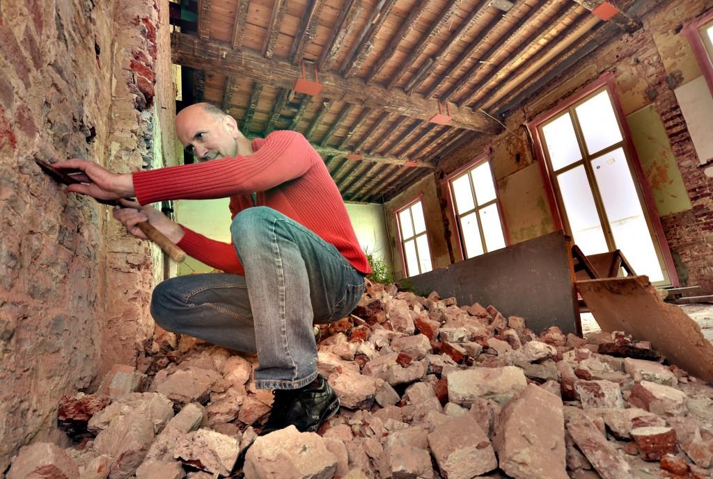 Hugo Schaeck bestudeert de muren verborgen onder het pleisterwerk © Muriël Verboven