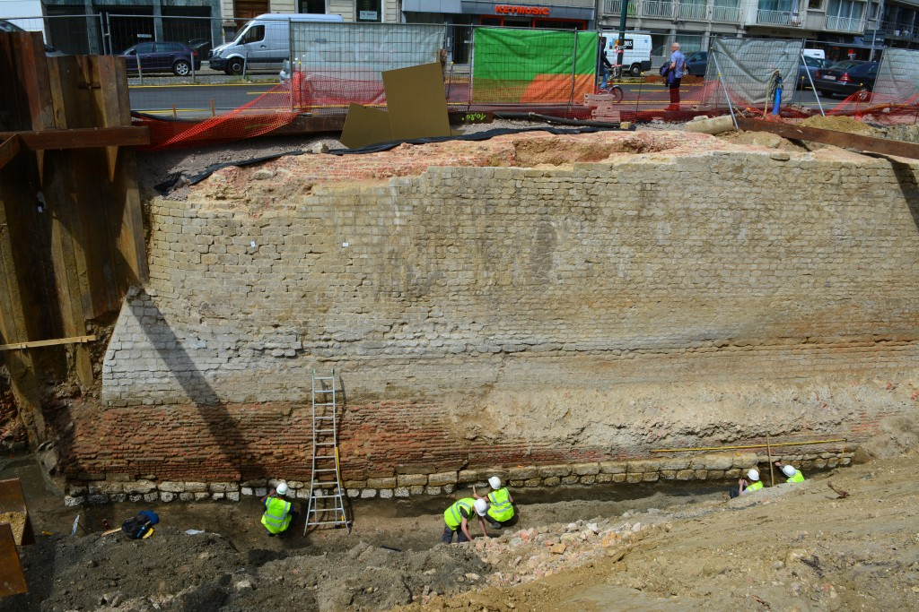 De zuidelijke voorzijde van het bastion met uitspringend bakstenen fundament en basis uit krijtblokken. Het niveau van het grachtwater is duidelijk af te lezen aan de hand van de verwering van de parementstenen © Stad Antwerpen, dienst archeologie