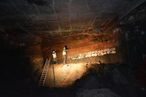 De fundering van de noordelijke voorzijde wordt vrij gelegd diep in de tunnel © Stad Antwerpen, dienst archeologie