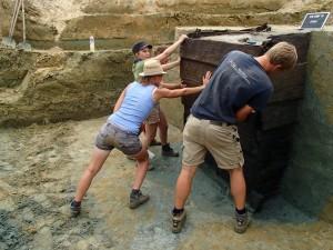 Jaarringenonderzoek toonde aan dat de goed bewaarde planken van de diepste waterput gemaakt zijn van een eik die gekapt werd omstreeks 176 n. Chr.  © De Logi & Hoorne