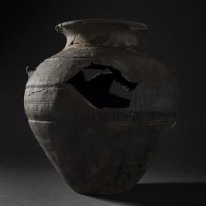 Inheems-Romeinse knobbelpot, aangetroffen op de bodem van een waterput © Dieter Jehs, De Logi & Hoorne
