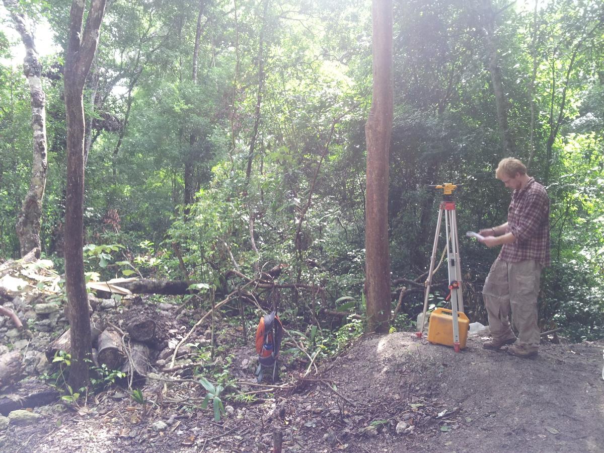 Om te weten te komen of het verhaal op het reliëf ook daadwerkelijk klopt is grondig archeologisch onderzoek nodig.  Het opmeten van de Mayaruïnes is daar een belangrijk onderdeel van © A. O'Toole