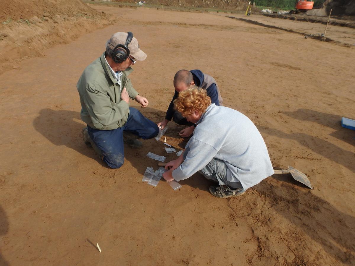 99 munten. De consternatie bij de veldarcheologen die bij metaaldetectie op een schat stoten, is dan ook groot © BAAC bvba