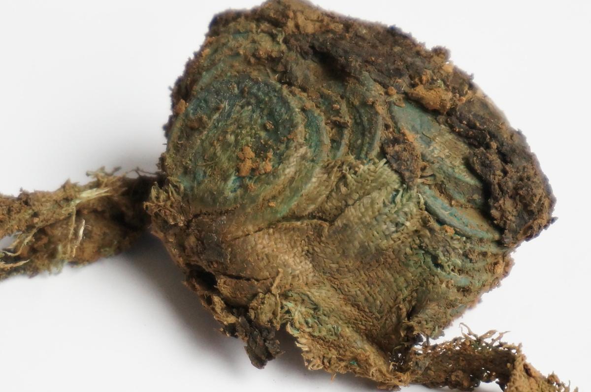 De munten werden gevonden in een zak van textiel © Johan Van Cauter, ADW