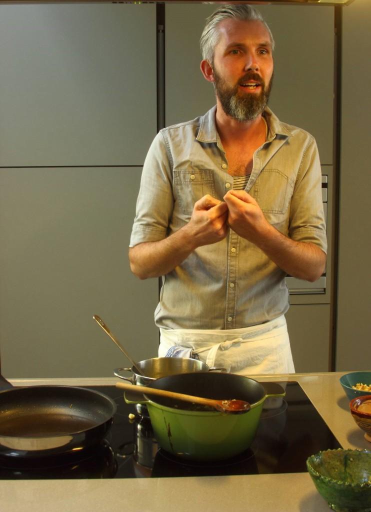Jeroen Van Vaerenbergh, de FOOD-archeoloog, aan het werk in zijn keuken © Dirk Trachet