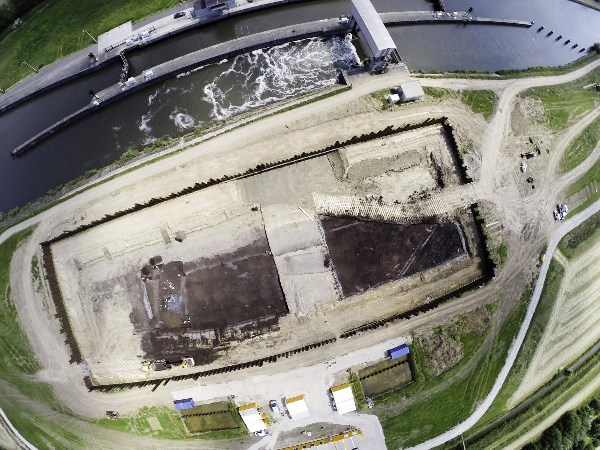 Luchtfoto van de opgraving met lineaire structuren in het veen, die afkomstig zijn van een weg en grachten uit de Romeinse periode © GATE