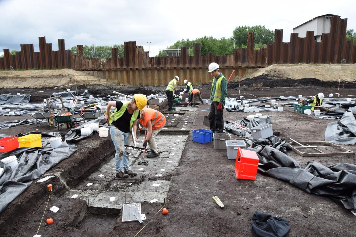 Het prehistorisch niveau wordt laag per laag, vak per vak in emmers geschept. Op die manier kan de verspreiding van vuursteen minitieus in kaart worden gebracht. © GATE